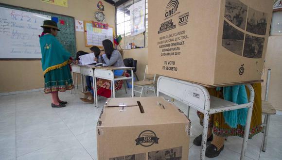 Las mujeres nativas de Cangahua, al noreste de Quito, emitieron su voto durante la segunda vuelta de las elecciones presidenciales, el 2 de abril de 2017.  (Foto: Luis MARINO / AFP)