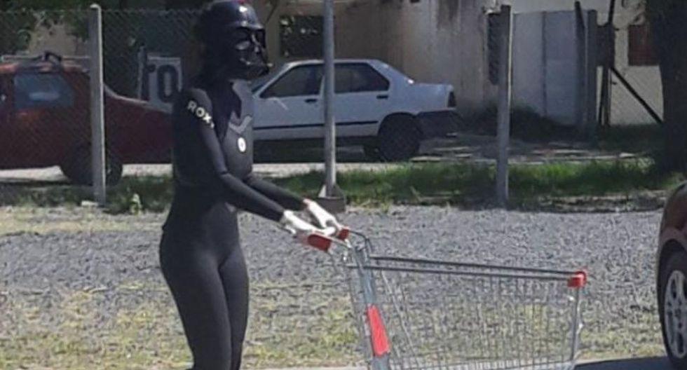 Mujer se convierte en Darth Vader para hacer la cola en un supermercado