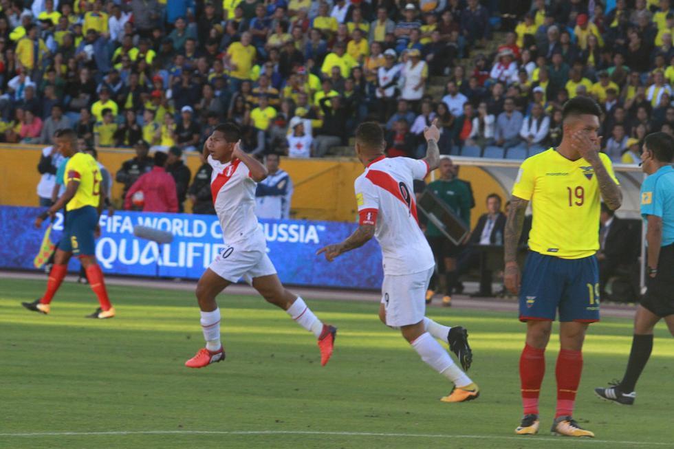 Edison Flores fue el autor del gol que nos abrió el camino para lograr la victoria. En esta imagen Paolo Guerrero celebra con Flores la primera conquista del partido, mientras Cristian Ramírez se lamenta. (Foto: GEC Archivo)