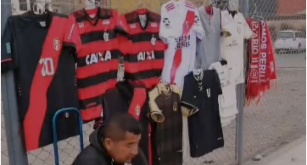 Es la primera persona que aparece a las afueras del Monumental para vender camisetas del River-Flamengo | Foto: Captura