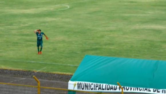 Arquero salió del campo asustado y el partido fue detenido.