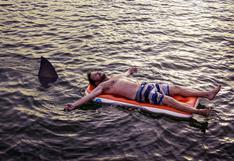 Un tiburón muerde a un joven y se aferra a su cuerpo ante la mirada de decenas de bañistas