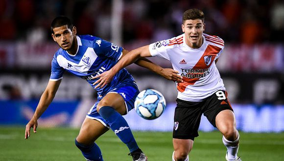 BUENOS AIRES, ARGENTINA - SEPTEMBER 22: Julian Alvarez of River Plate fights for the ball with Luis Abram of Velez Sarsfield during a match between River Plate and Velez Sarsfield as part of Superliga Argentina 2019/20 at Estadio Monumental Antonio Vespucio Liberti on September 22, 2019 in Buenos Aires, Argentina. (Photo by Marcelo Endelli/Getty Images)
