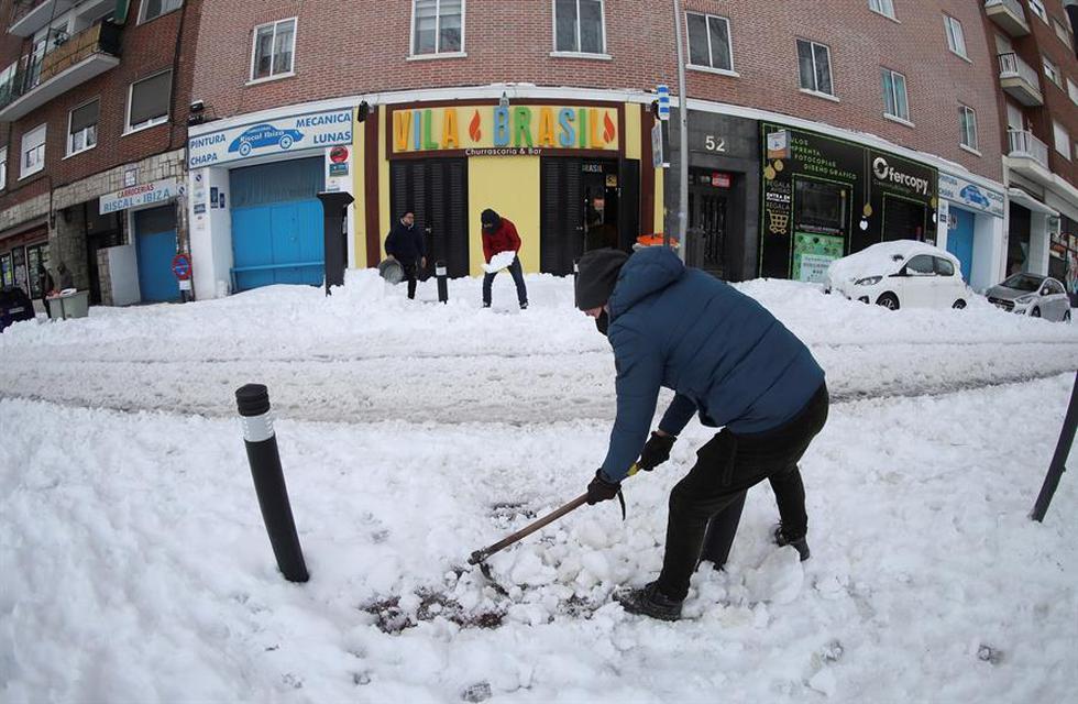 Tras la histórica nevada de este sábado, la región de Madrid despierta este domingo aún cubierta por un tupido manto blanco que comienza a helarse, que impide la circulación tanto de coches y autobuses como de trenes en superficie y tampoco permite los vuelos en el aeropuerto de Barajas. (Texto: EFE / Foto: EFE/David Fernández)