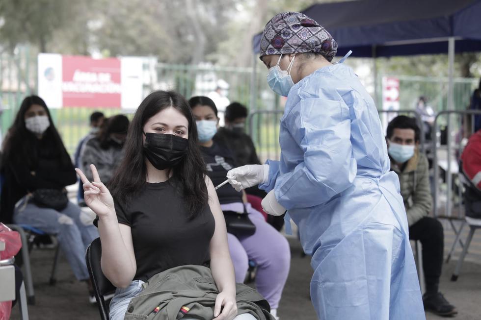 Desde la mañana de hoy, martes 21 de setiembre, las personas de 23 y 24 años de Lima Metropolitana y Callao acudieron a los centros de vacunación para inmunizarse contra el COVID-19 gracias a la disponibilidad de dosis de vacunas. Asimismo, a partir de esta fecha se inoculará a los pacientes con tuberculosis, informó el Ministerio de Salud (Minsa). (Fotos: Jessica Vicente/@photo.gec)