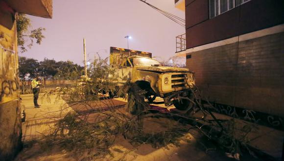 Vehículo de carga pesada quedó a escasos metros de una vivienda de tres pisos y de un poste de alumbrado público. Foto: César Grados/@photo.gec