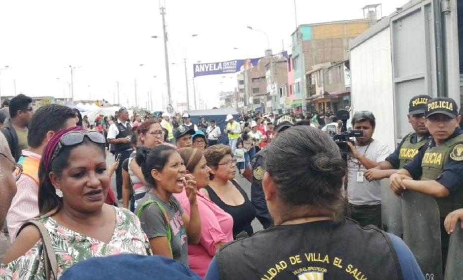 Incendio en VES: Madre de Jefferson Farfán llegó con camión víveres para afectados