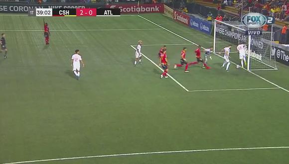 Estaba solo y sin arquero pero su compañero evita gol en la línea   VIDEO