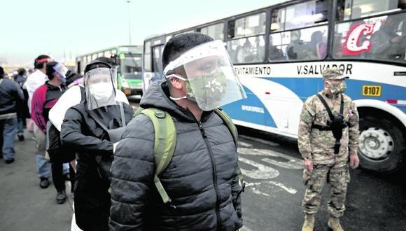 La ATU viene realizando la entrega de protectores faciales de forma gratuita en diferentes paraderos de Lima | Foto: Joel Alonzo/GEC  FOTO: JOEL ALONZO/GEC
