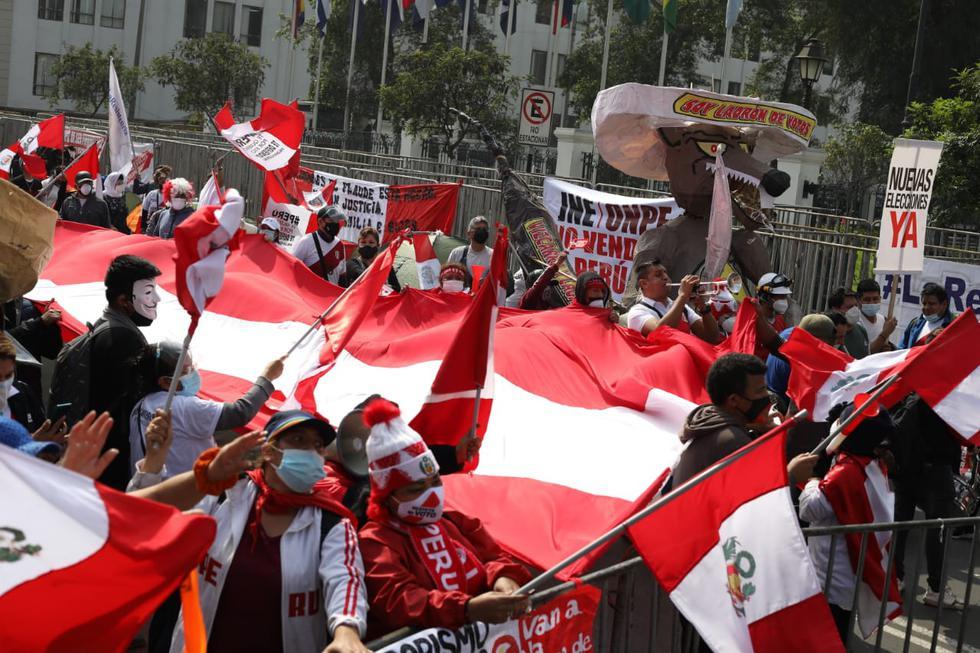 Los simpatizantes de Fuerza Popular y Perú Libre se concentran en los exteriores del Congreso por la elección de los nuevos magistrados del Tribunal Constitucional. Los grupos se encuentran frente a frente y un contingente policial se ubica en el centro de ambos en prevención a un enfrentamiento. (Fotos Britanie Arroyo / @photo.gec)