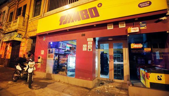 Malhechores utilizaron roca para romper ventana de puerta e ingresar a la tienda. Foto: GEC