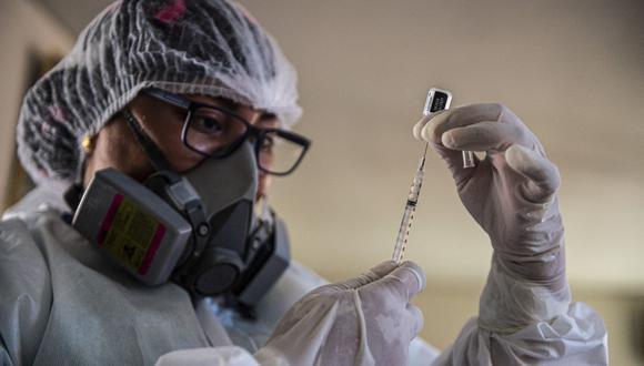 Un trabajador de salud prepara una vacuna Pfizer-BioNTech contra Covid-19. (Foto: AFP)