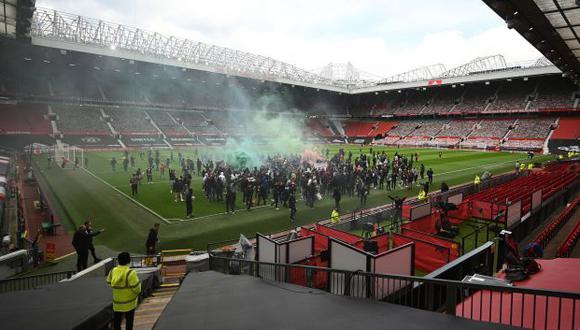 Hinchas de Manchester United invadieron el campo de Old Trafford para protestar contra los dueños. (Foto: AFP)