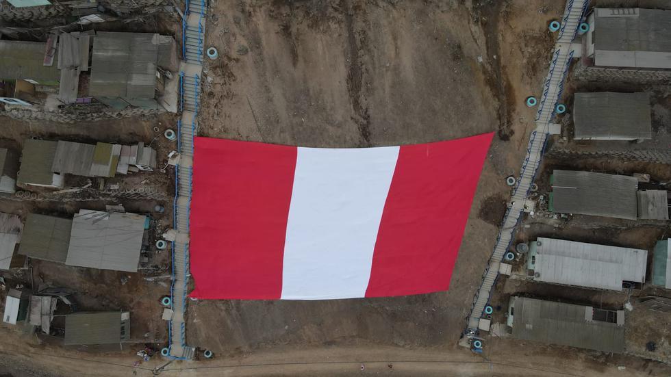Como parte de las celebraciones por el Bicentenario, la Municipalidad de Comas instaló la bandera más grande del Perú en lo más alto del cerro Alto Incahuasi, ubicado en el asentamiento humano Hijos del Paraíso. (Foto: Jorge Cerdan/@photo.gec)