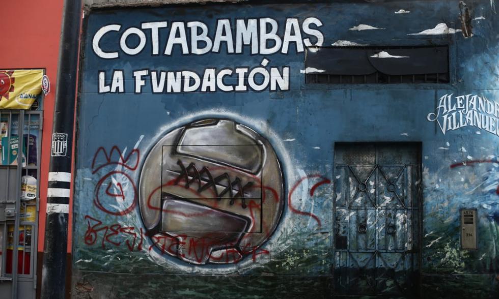 Histórico mural de Alianza Lima, ubicado en el jirón Cotabamba, es vandalizado por hinchas de Universitario de Deportes.