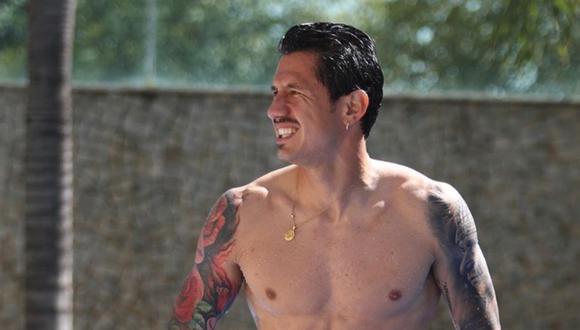 El delantero de la selección peruana ha cautivado a todos los peruanos y ahora enloquece a todos luego de su foto en la piscina.
