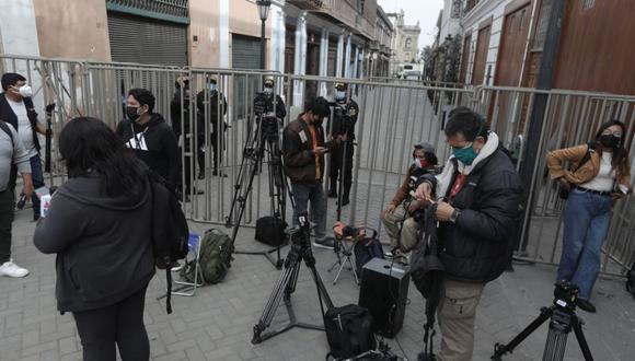 Este jueves se colocaron rejas y cercos en los alrededores de Palacio de Gobierno, lo que impidió que los periodistas den cobertura a una actividad oficial. (Foto: Anthony Niño de Guzmán/ @photo.gec)