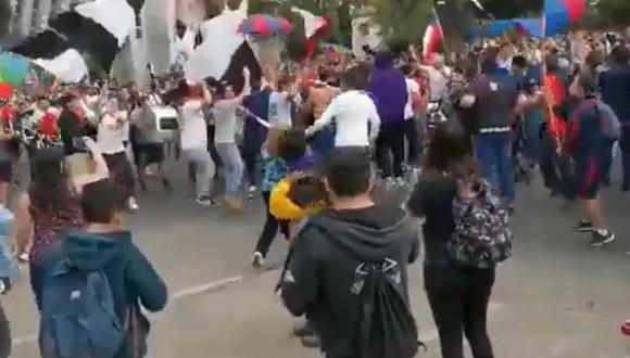 El histórico junte entre barristas de Colo Colo y U de Chile en medio de las protestas contra Piñera [VIDEO]