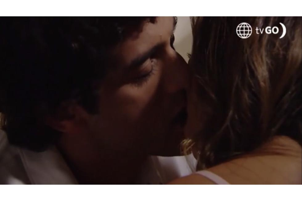Paolo besó a Lucy antes de dormir en la habitación de hotel. Foto: Captura / América TV