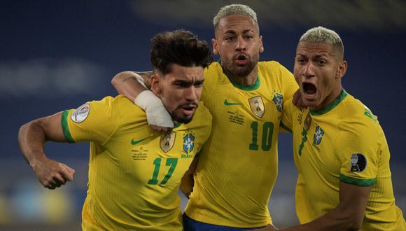 Richarlison junto a Neymar y Lucas Paquetá, celebrando el gol ante Chile. (Foto: AFP)