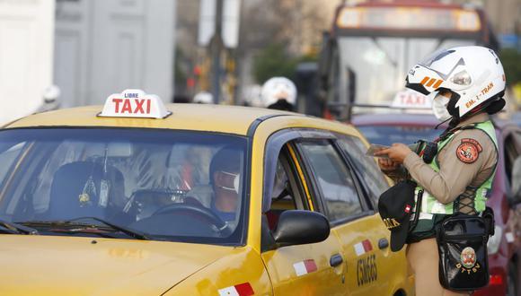 Policías registran autos que salieron esta mañana a las calle: vehículos particulares y del transporte público. Fotos: Violeta Ayasta / @photo.gec