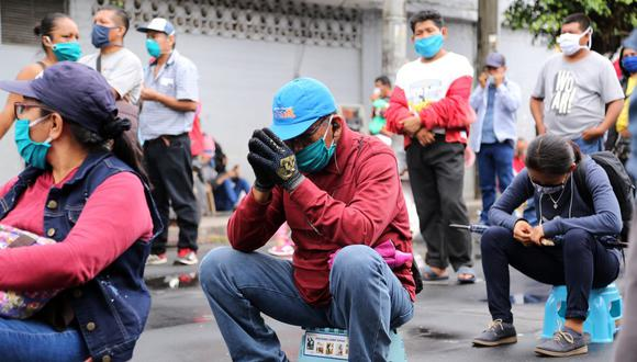 El 10 de octubre comenzó la entrega de los 760 soles a quienes fueron incluidos en el padrón del segundo bono. Aquí, Personas hacen cola frente a un banco para cobrar bonos de ayuda del Gobierno en Iquitos (Foto: César Von Bancels / AFP)