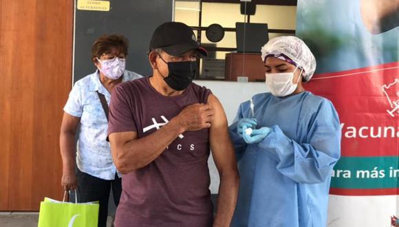 Héctor Chumpitaz recibió la primera dosis contra el coronavirus. (Foto: Familia Chumpitaz)