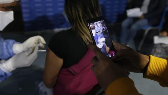 Adolescentes de 12 a 17 años son inmunizados con dosis de Pfizer. Foto: Jorge Cerdan/@photo.gec