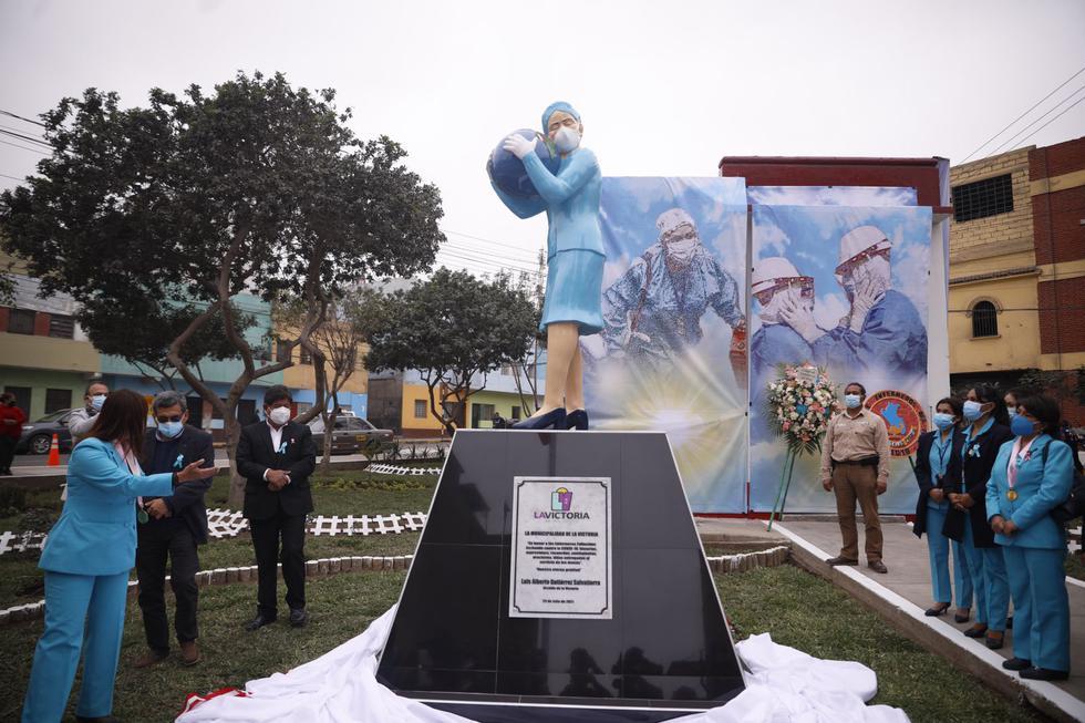 """En honor a todos los enfermeros caídos en la lucha contra el coronavirus (COVID-19), la Municipalidad de La Victoria y el Colegio de Enfermeros del Perú devalaron este viernes un monumento en su honor en el parque """"Obreros"""", ubicado en García Naranjo cruce con Antoniete, altura de la cuadra 17 de la Av. 28 de Julio. (Foto: José Rojas Bashé/@photo.gec)"""