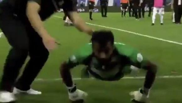 Arquero provoca a hinchas del club de André Carrillo y recibe botellazos