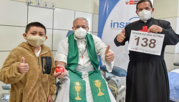 """Durante la campaña """"Ama, dona, vive"""", un sacerdote festejó que realizó 138 donaciones de sangre en toda su vida. (Foto INSN - San Borja)"""