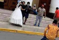 Joven se arrodilla fuera de una iglesia y le ruega a su ex que no se case