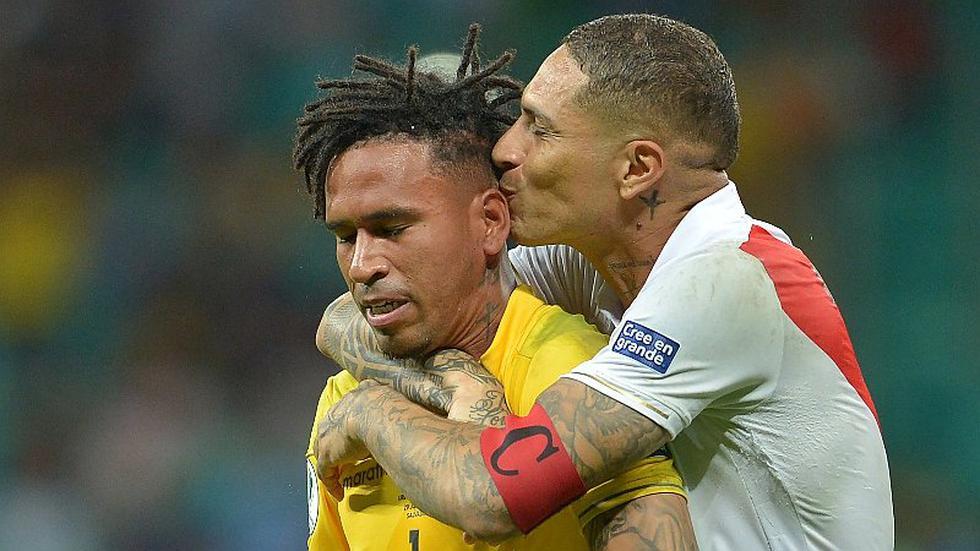 ¡El beso de la clasificación! Foto de Paolo Guerrero y Pedro Gallese da la vuelta al mundo y ya es viral
