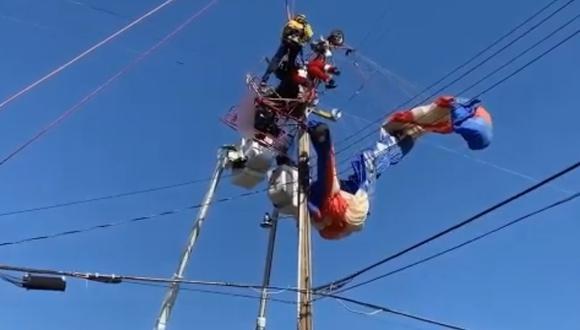 Sujeto quedó atrapado en los cables de electricidad y sufrió leves lesiones en California, Estados Unidos.