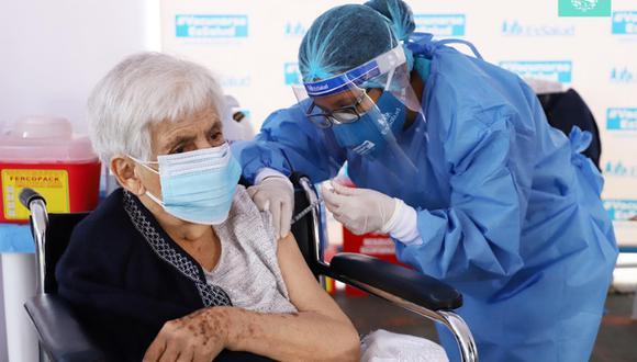 4,600 personas mayores de 80 años serán inmunizadas entre el viernes 16 y domingo 18 de abril, en el polideportivo Limatambo. Foto: Municipalidad de San Borja