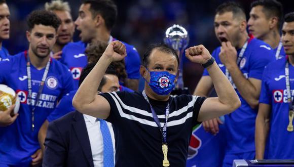Juan Reynoso se coronó campeón con Cruz Azul en su etapa de jugador y también como entrenador. (Foto: EFE)