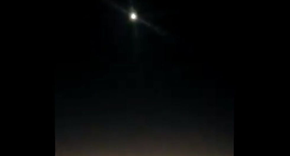 Usuarios en Twitter lograron captar el momento en que un supuesto ovni estuvo en los cielos de Miami Beach.| Foto: Twitter/Daniel High