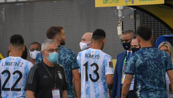 A los 5 minutos ingresó al campo de juego funcionarios de la agencia de salud brasileña Anvisa con órdenes contra cuatro jugadores argentinos, que actúan en la Premier League, señalados de violar los protocolos anticovid al ingresar a Brasil.    Foto: AFP