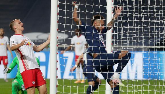 Neymar termina de meter el balón en la portería de Leipzig tras gran jugada de Bernart. FOTO: AFP