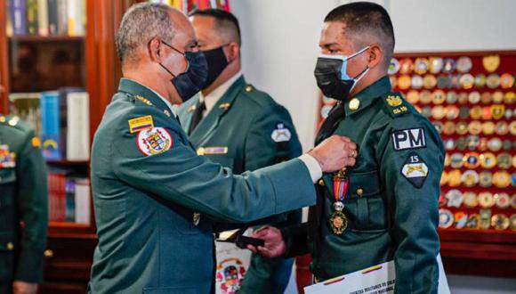 Comandante del Ejército premia a soldado que fue agredido por hija de un coronel (Foto: Caracol).