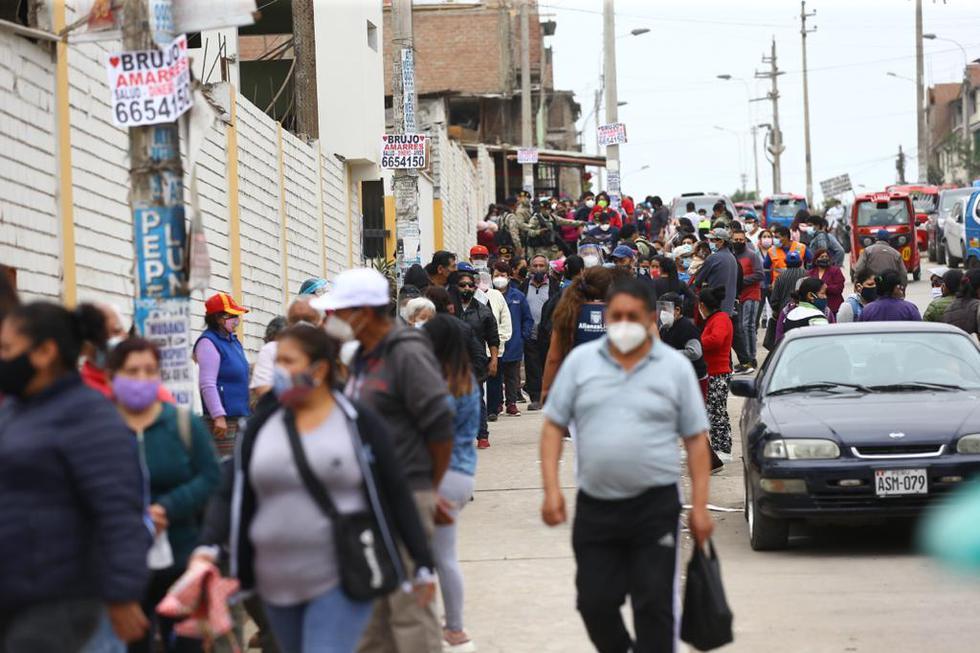 Cientos de personas llegaron desde muy tempranos diversos centros de salud de varios distritos de la capital para la vacuna contra la difteria y otras enfermedades. Fotos: Fernando Sangama / @photo.gec