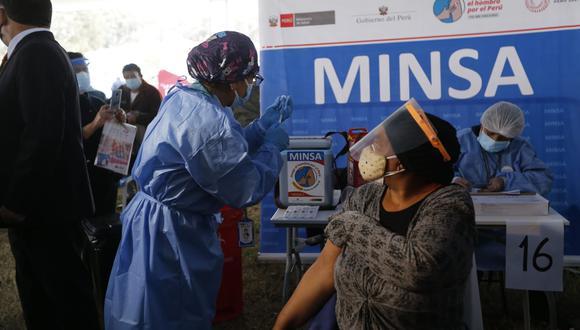 Hoy se inició la inmunización a los adultos de 52 y 53 años de edad. (Foto: Violeta Ayasta/@photo.gec)