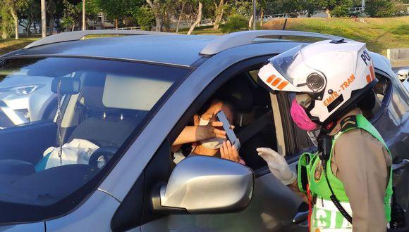 Entre las nuevas disposiciones que emitió el Gobierno está el tránsito con vehículos particulares dentro de su distrito, pero solo para adquirir alimentos, medicinas o hacer trámites financieros (Foto: Andina)