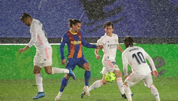 Real Madrid y Barcelona se verán las caras en octubre y marzo de la próxima temporada de LaLiga. (Foto: EFE)