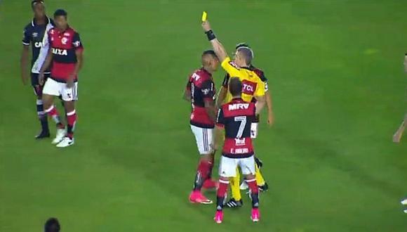Paolo Guerrero: lo agarran a patadas en el suelo y le sacan amarilla [VIDEO]