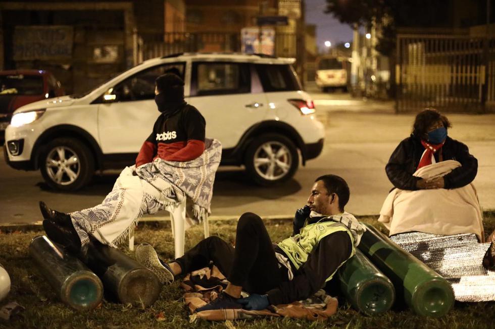 Otras personas llegaron con sillas de plástico para evitar contacto con el suelo debido a que en la madrugada se registra bajas temperaturas. (Foto: Joel Alonzo/GEC)