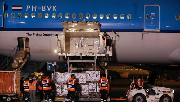 Las vacunas arribaron al Aeropuerto Internacional Jorge Chávez y fueron trasladadas al local de Cenares. (Foto: Ministerio de la Producción