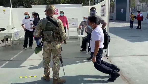 Un joven cayó al piso luego de que los militares o eligieran como miembro de mesa para las Elecciones 2021