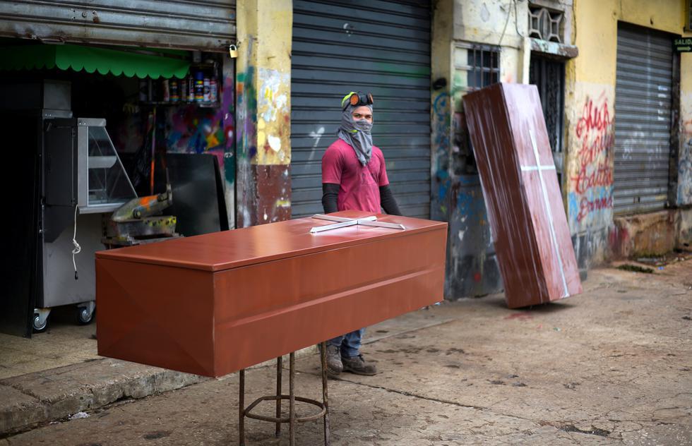 Venta de ataúdes de metal en una calle de Guayaquil. (REUTERS / Vicente Gaibor del Pino).