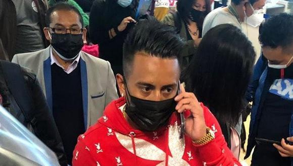 El volante peruano sorprendió a todos con llamativo look en el aeropuerto.